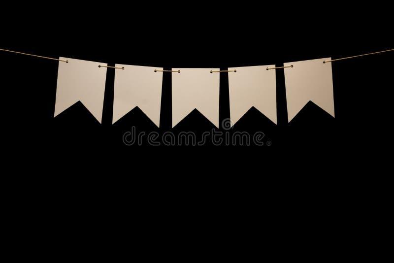 Donnant un petit coup, cinq formes blanches sur la ficelle pour le message de bannière photos libres de droits