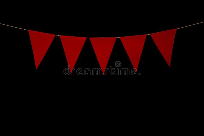 Donnant un petit coup, cinq triangles rouges sur la ficelle pour le message de bannière images stock
