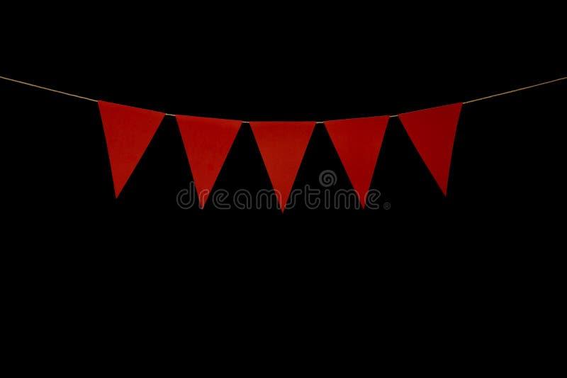Donnant un petit coup, cinq triangles rouges sur la ficelle pour le message de bannière photos libres de droits