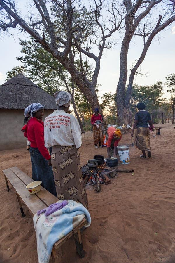 Donne africane che cucinano intorno al fuoco fotografia stock