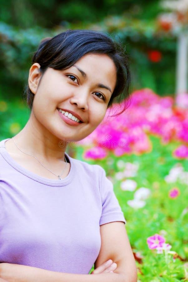 Donne al giardino di fiore fotografie stock libere da diritti