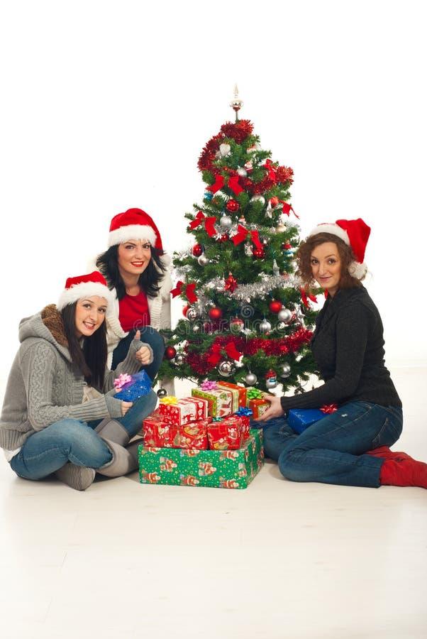Donne allegre con i regali di natale fotografia stock for Regali per amici