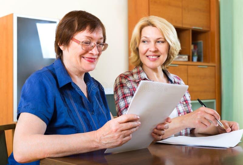 Donne anziane che firmano contratto immagini stock libere da diritti