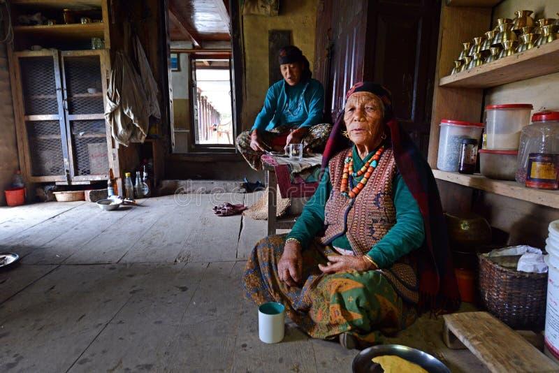 Donne anziane di Gurung in vestiti tradizionali fotografie stock