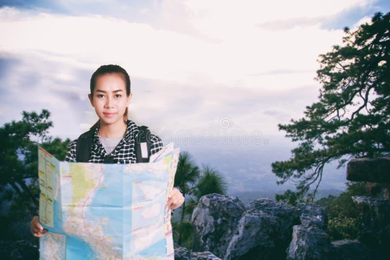 Donne asiatiche con lo zaino che gode del tramonto sul picco della montagna, l fotografie stock libere da diritti