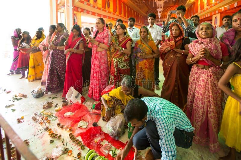Donne che adorano ad un Puja pandal fotografia stock