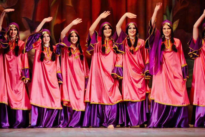 Donne che ballano collettività vestita in vestito orientale immagine stock