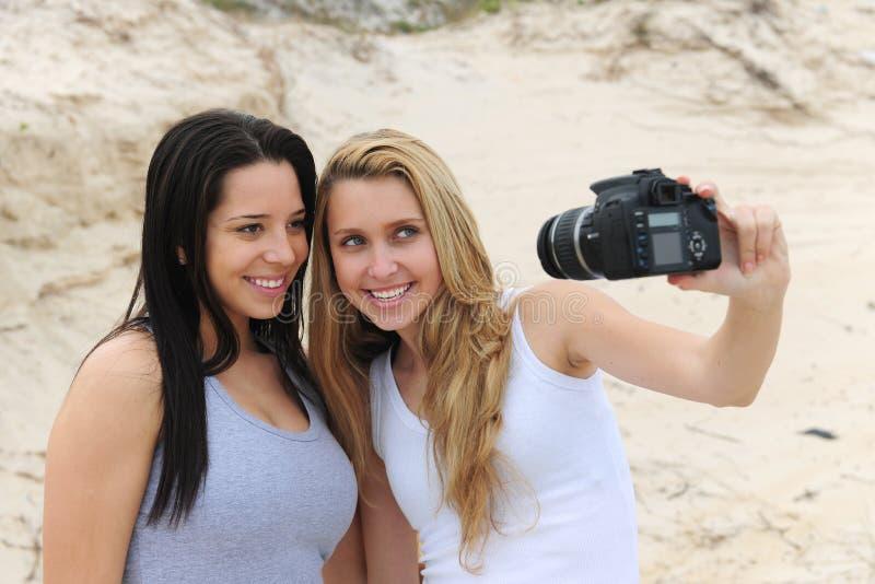 Donne che catturano un autoritratto fotografie stock
