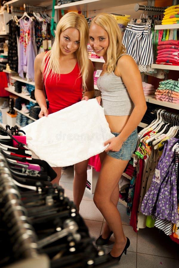 Donne che comperano in un negozio di vestiti fotografie stock