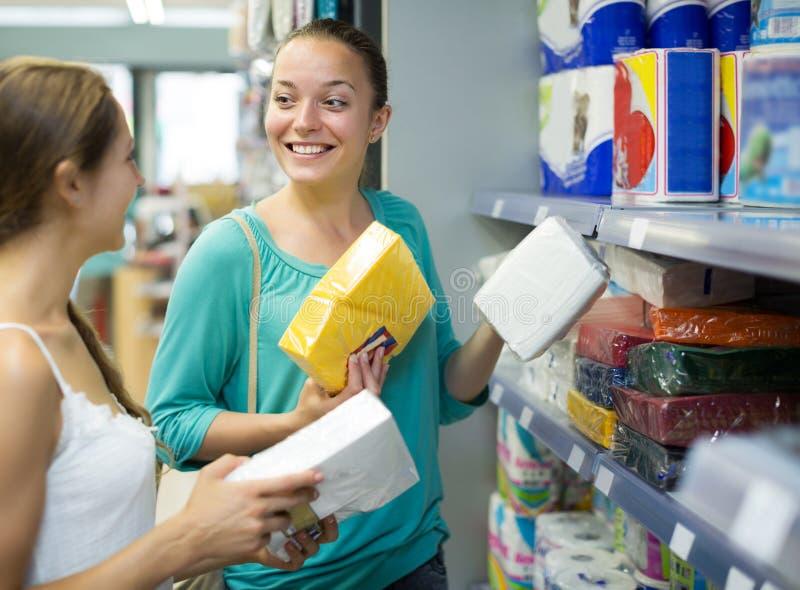 Donne che comprano i tovaglioli per la cucina fotografie stock libere da diritti