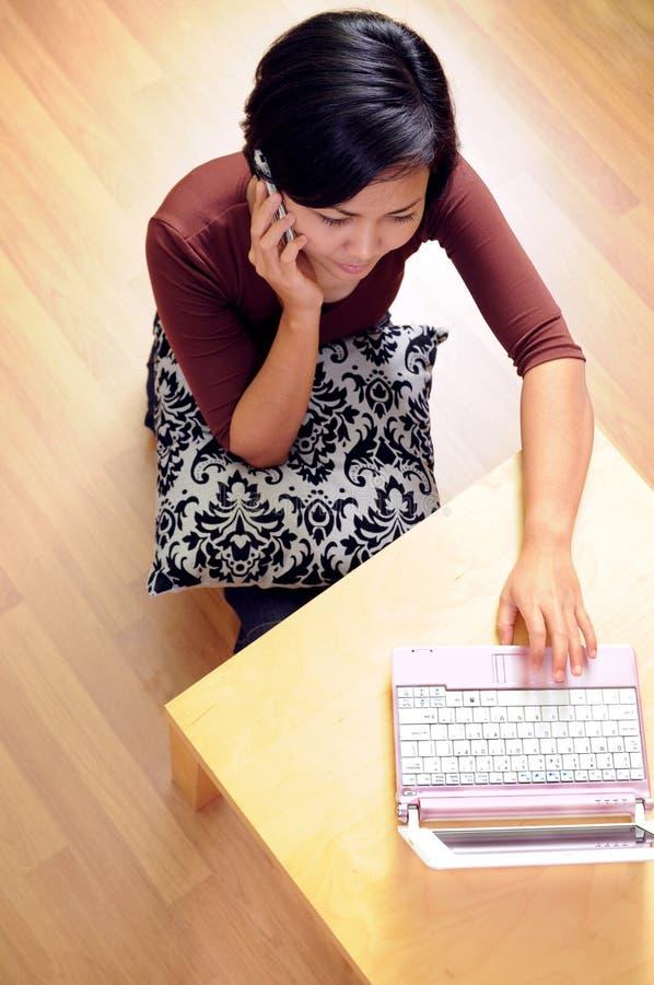 Donne che comunicano sul cellulare immagini stock libere da diritti