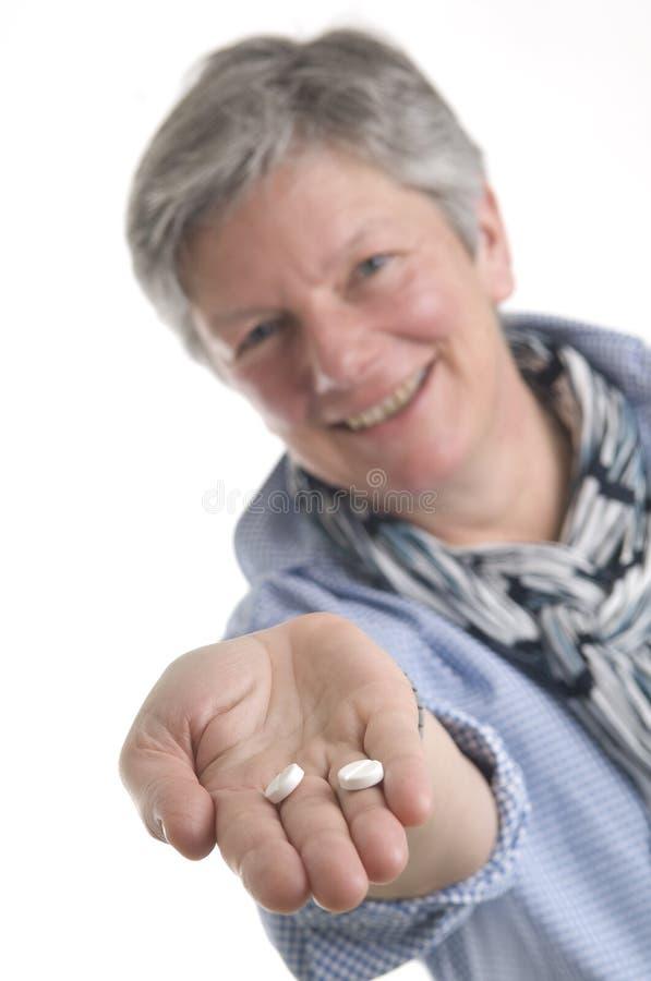 Donne che distribuiscono le medicine fotografie stock