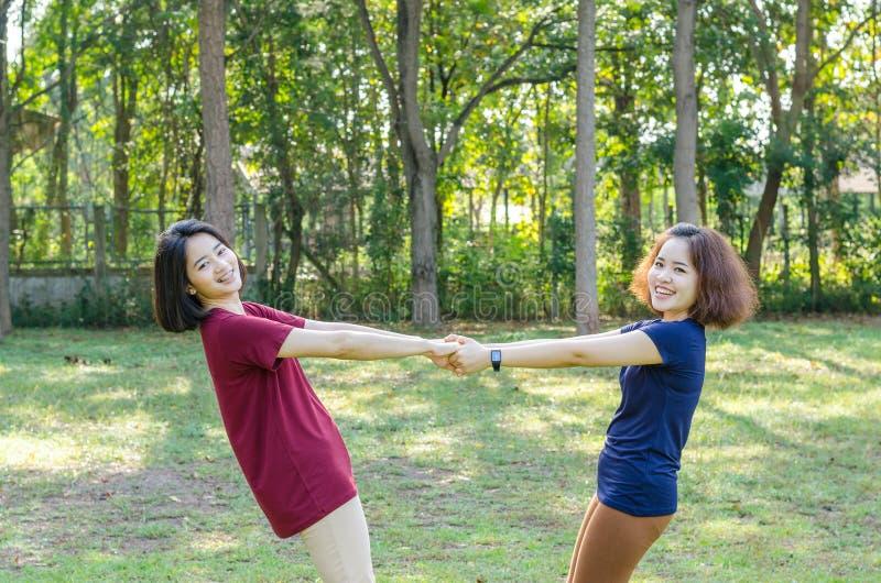 Donne che fanno esercizio in parco fotografia stock