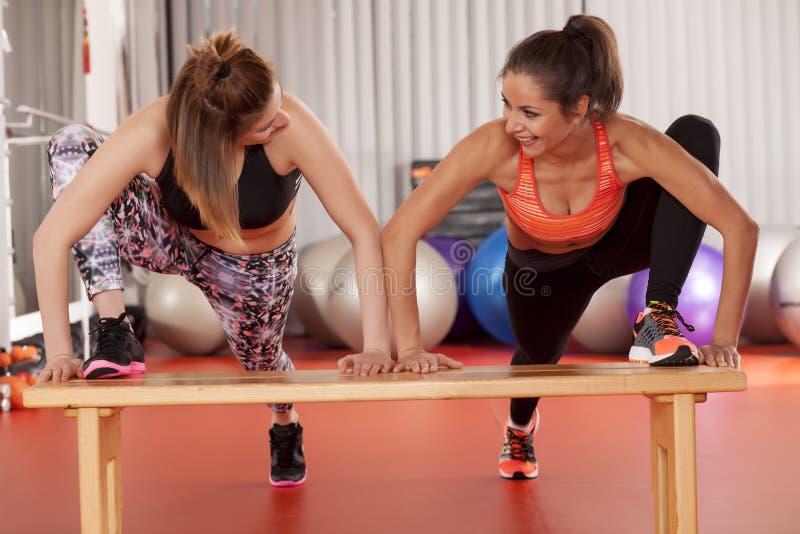 Donne che fanno i pilates fotografia stock libera da diritti