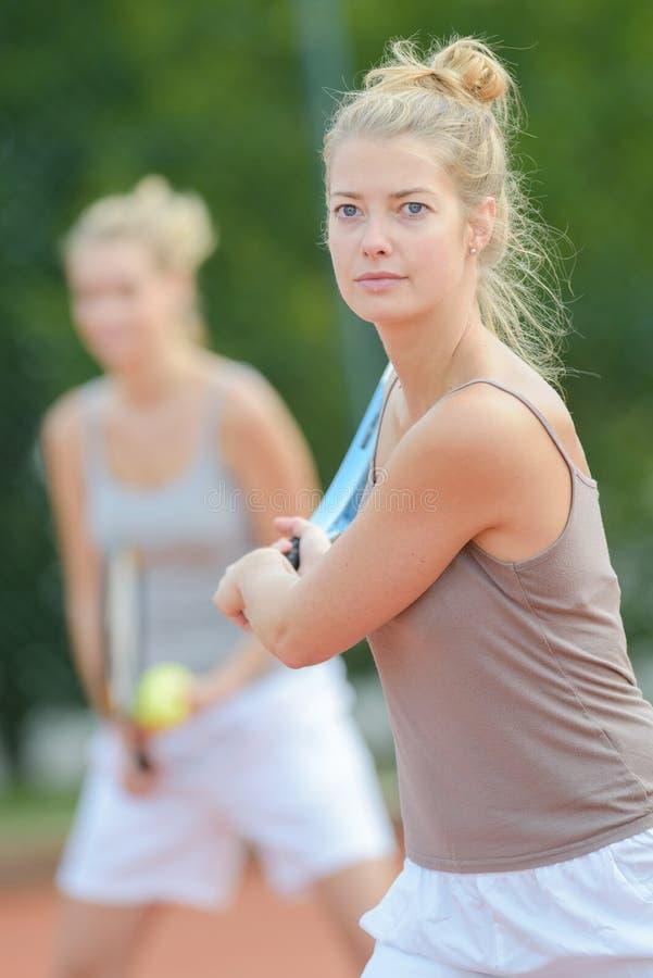 Donne che giocano a tennis i doppi immagine stock libera da diritti