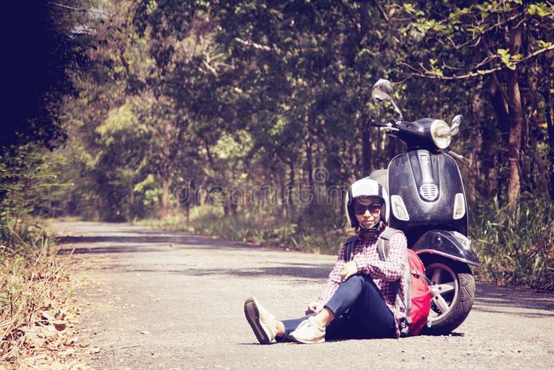 Donne che guidano il loro motorino attraverso la foresta fotografie stock libere da diritti