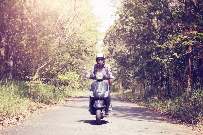 Donne che guidano il loro motorino attraverso la foresta fotografia stock libera da diritti