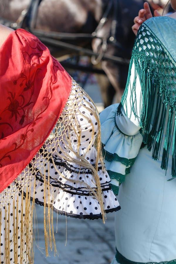 Donne che indossano fine del vestito da flamenco su Folclore spagnolo fotografie stock