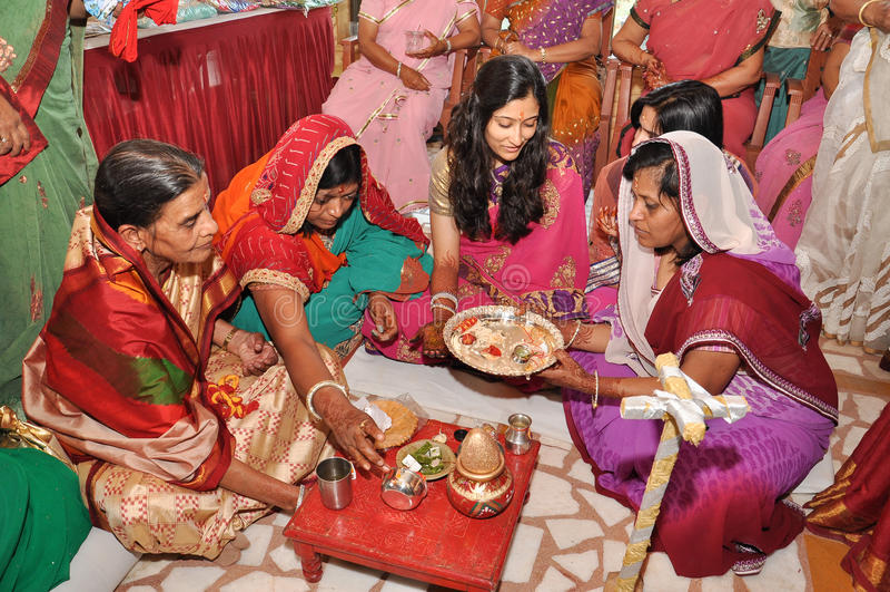 Donne che indossano le attrezzature indiane tradizionali durante i rituali di nozze fotografia stock libera da diritti