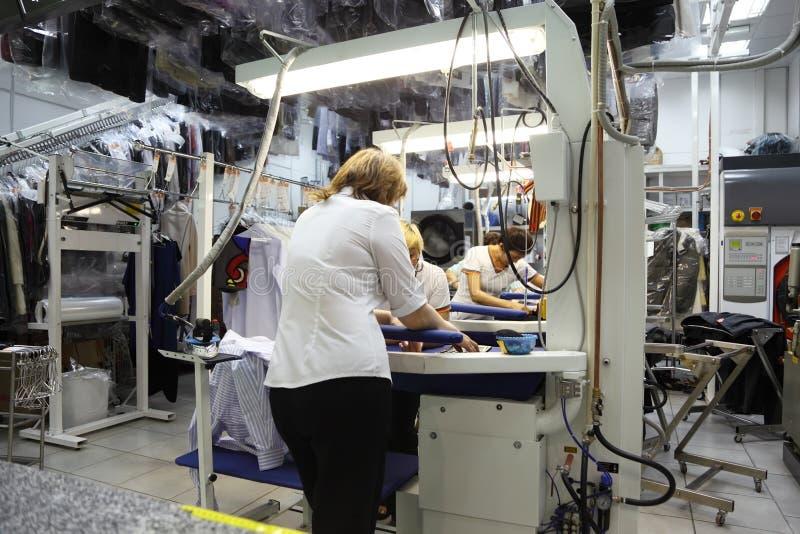 Donne che lavorano nel lavaggio a secco fotografie stock libere da diritti