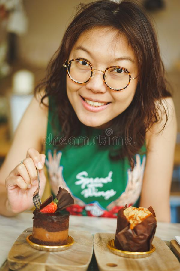 Donne che mangiano il dolce di cioccolato fotografia stock