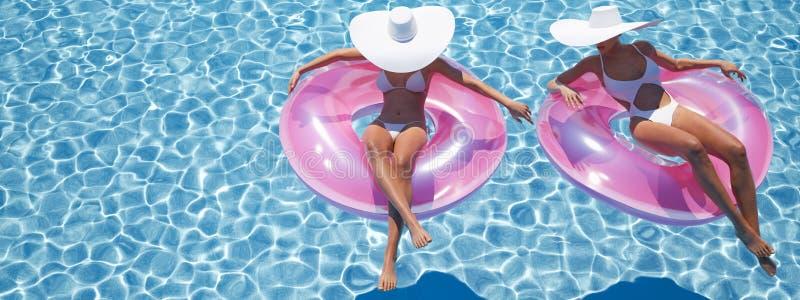 Donne che nuotano sul galleggiante in uno stagno rappresentazione 3d illustrazione di stock