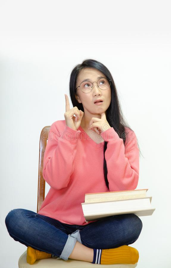 Donne che portano le camice rosa sulle sedie fotografia stock libera da diritti