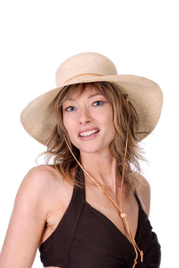 Donne che portano un vestito di bagno e un cappello di paglia immagini stock libere da diritti