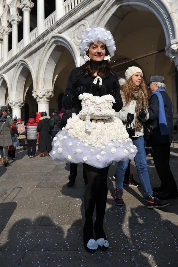 Donne che posano in costume nero al carnevale di Venezia, Italia 2015 fotografia stock libera da diritti