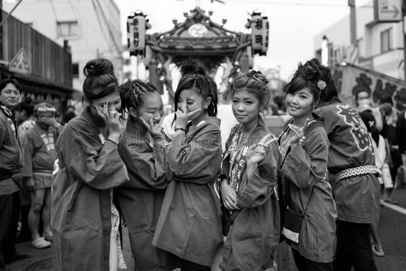 Donne che posano durante il festival giapponese di estate fotografie stock libere da diritti