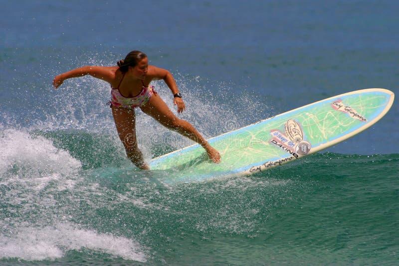 Donne che praticano il surfing gioia Monahan del campione fotografie stock