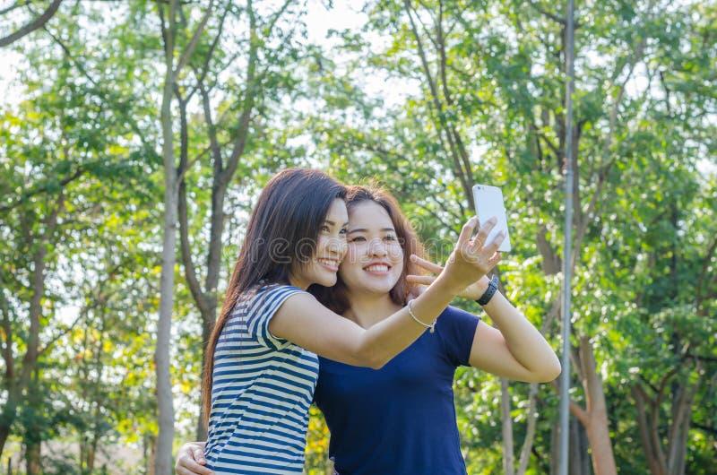 Donne che prendono foto dallo smartphone fotografie stock