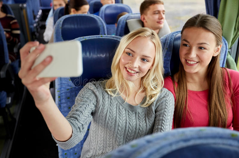 Donne che prendono selfie dallo smartphone in bus di viaggio immagini stock libere da diritti