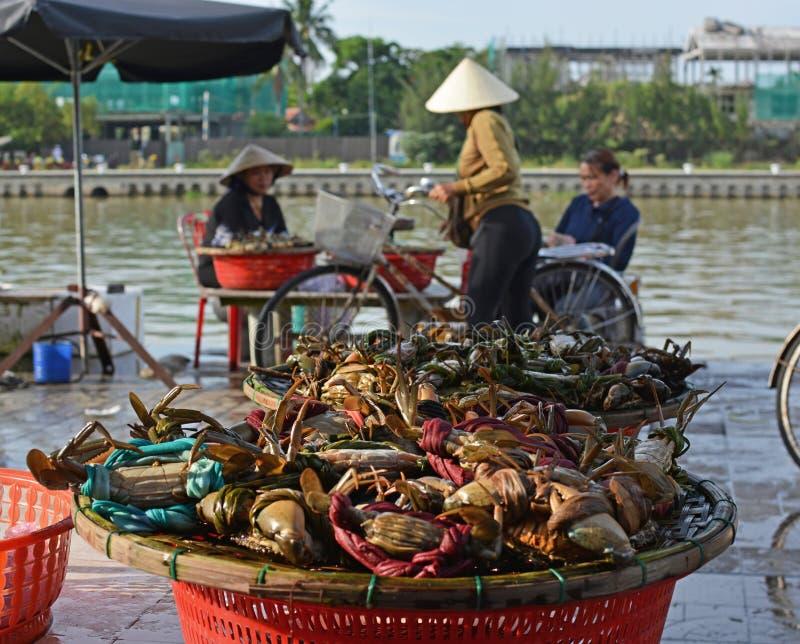 Donne che vendono Live Crabs a Hoi An Market, Vietnam immagini stock libere da diritti