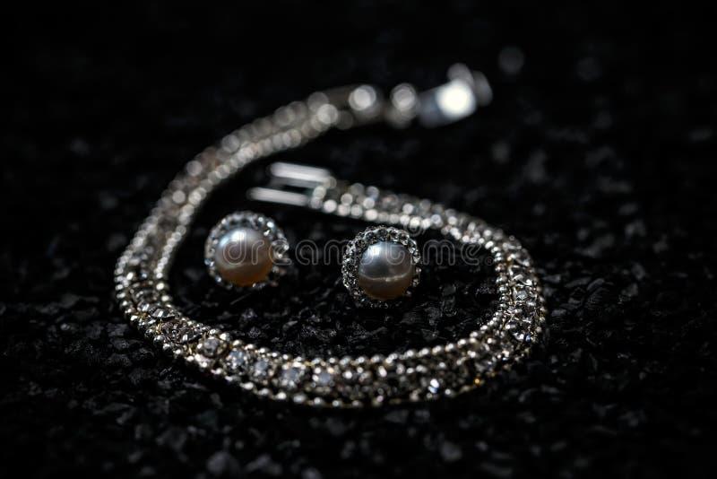 Donne collana, braccialetto ed orecchini immagine stock
