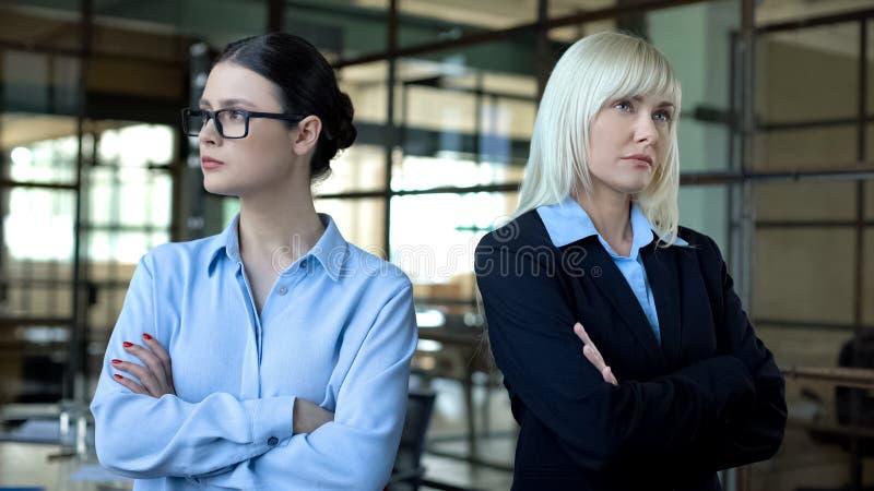 Donne in competizione in carica, colleghi in conflitto, sfida di leadership fotografie stock libere da diritti