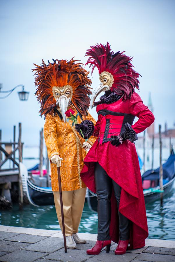 Donne con il costume veneziano variopinto e la maschera fotografia stock libera da diritti