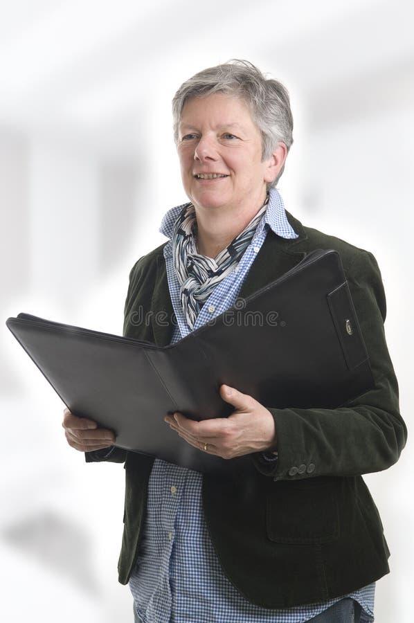 Donne con il libro nero immagine stock