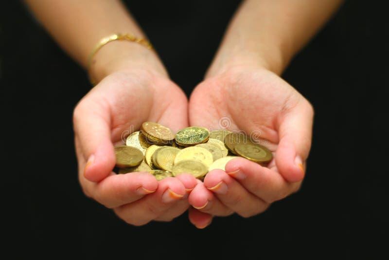 Donne con la manciata di monete in sua palma fotografia stock libera da diritti