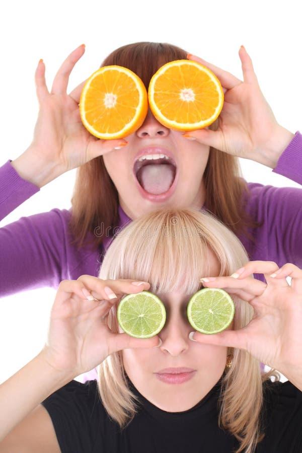 Donne con le fette della calce e dell'arancio anziché gli occhi immagine stock