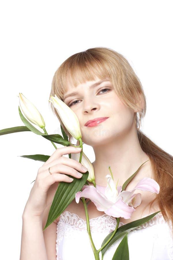 Donne con un fiore del giglio immagine stock