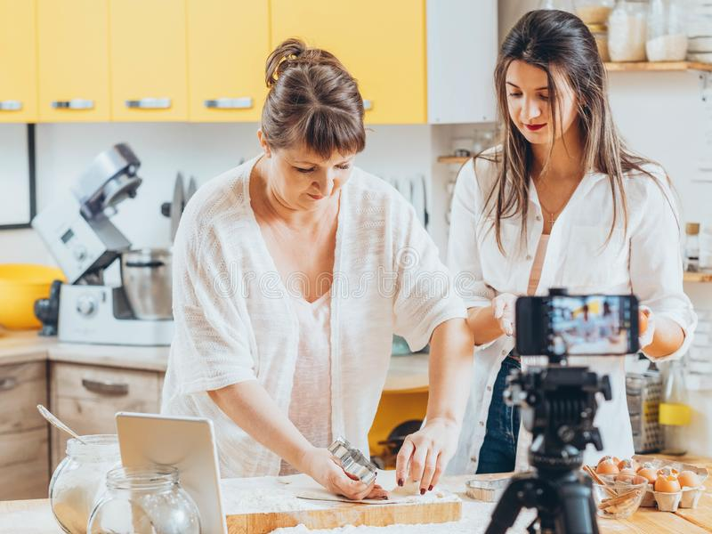 Donne culinarie di cottura della classe del padrone del blog della famiglia fotografia stock libera da diritti
