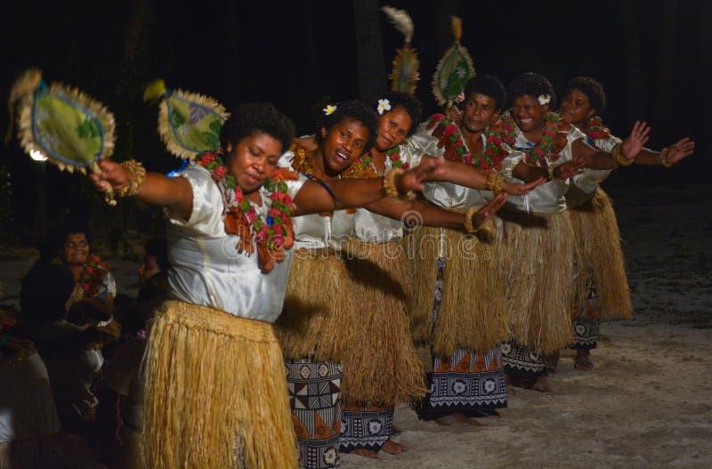 Donne del Fijian che ballano un ballo femminile tradizionale Meke il fan Dan fotografia stock
