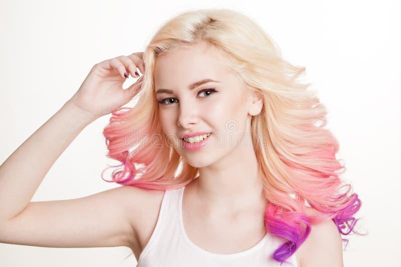 Donne della gioventù con capelli ricci colorati sui precedenti bianchi bellezza Isolato studio pendenza fotografie stock libere da diritti