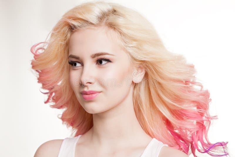 Donne della gioventù con capelli ricci colorati sui precedenti bianchi bellezza Isolato studio pendenza Capelli di volo fotografia stock libera da diritti