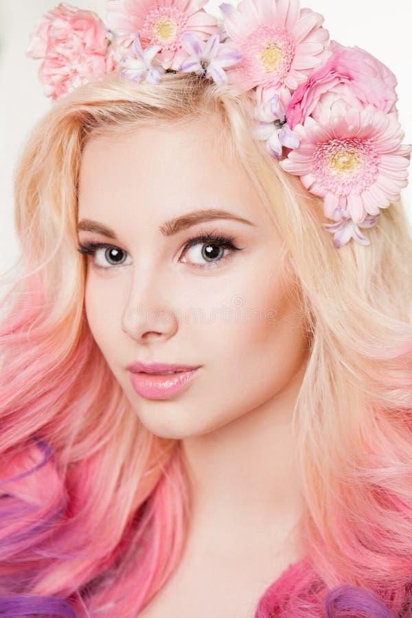 Donne della gioventù con sorridere colorato dei capelli Fiori in lei Studio, fondo isolato e bianco immagine stock libera da diritti