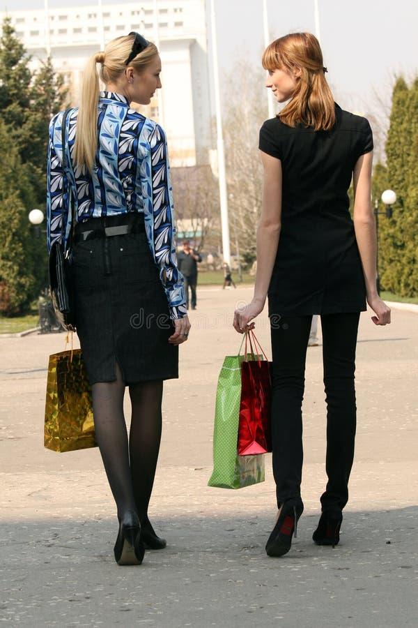 Donne di acquisto che camminano sulla via immagini stock libere da diritti