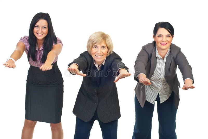 Donne di affari attive che fanno le esercitazioni immagini stock libere da diritti