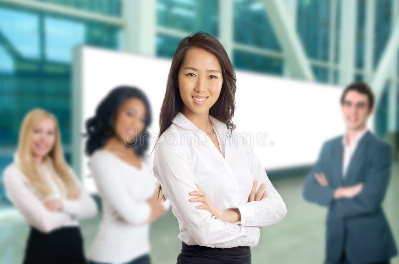 Donne di affari che conducono il suo gruppo immagini stock libere da diritti