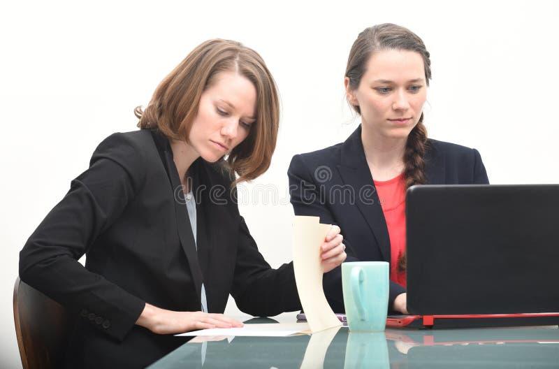 Donne di affari che lavorano insieme fotografia stock